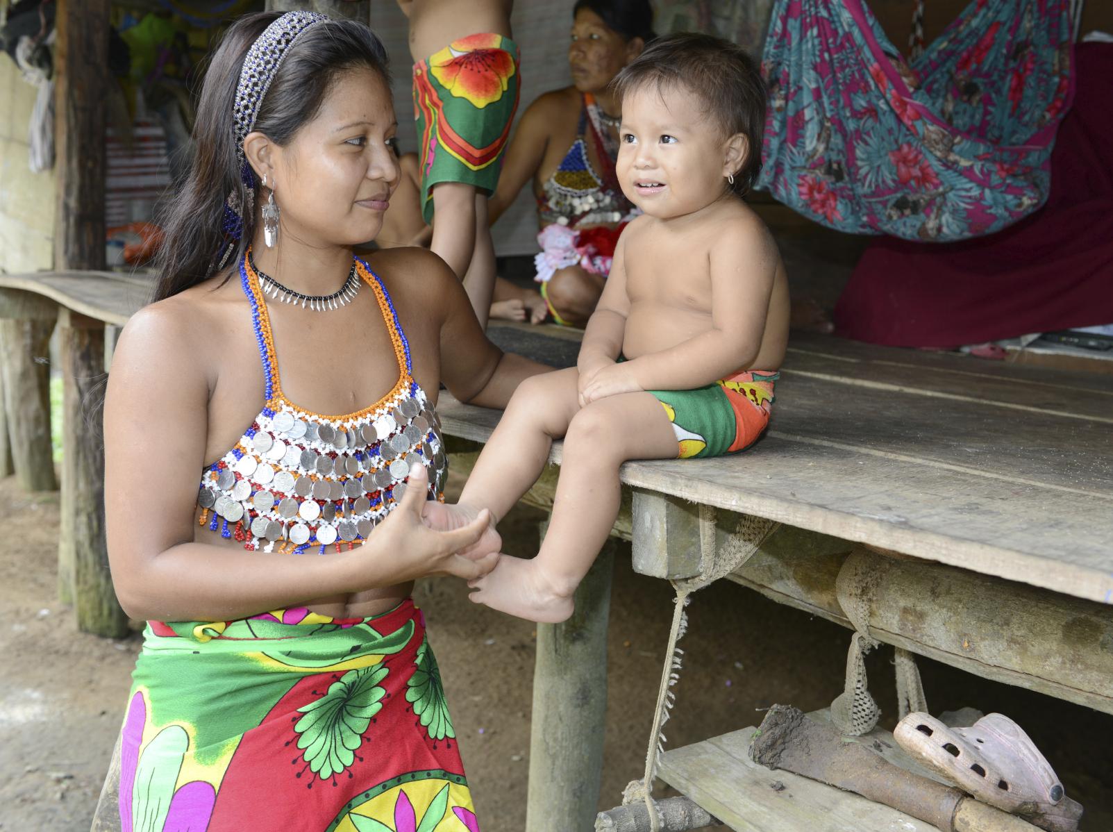 Mujer y niño de la comunidad Embera katio