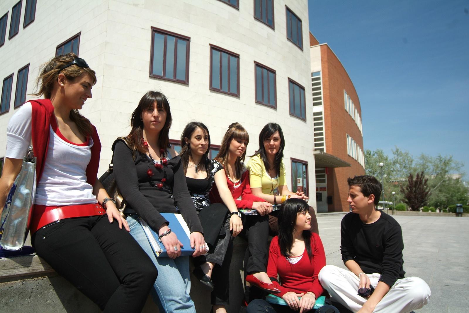 Estudiantes universitarios visitan campos de arroz